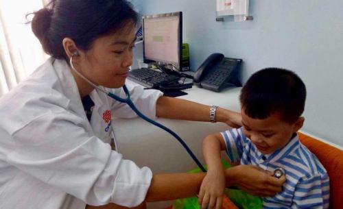 [Trẻ sốt]                                           Làm gì khi trẻ bị sốt?                                     4909